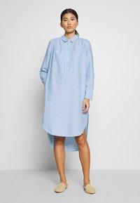 And Less - ALBANA DRESS - Košilové šaty - zen blue - 0