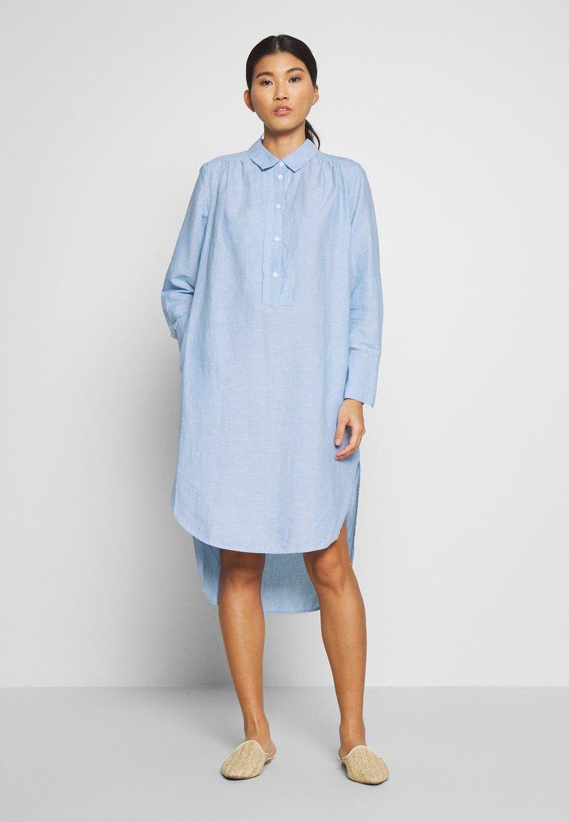 And Less - ALBANA DRESS - Košilové šaty - zen blue
