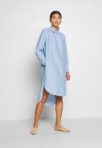 And Less - ALBANA DRESS - Košilové šaty - zen blue - 1