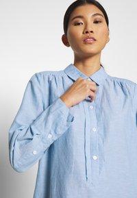 And Less - ALBANA DRESS - Košilové šaty - zen blue - 4