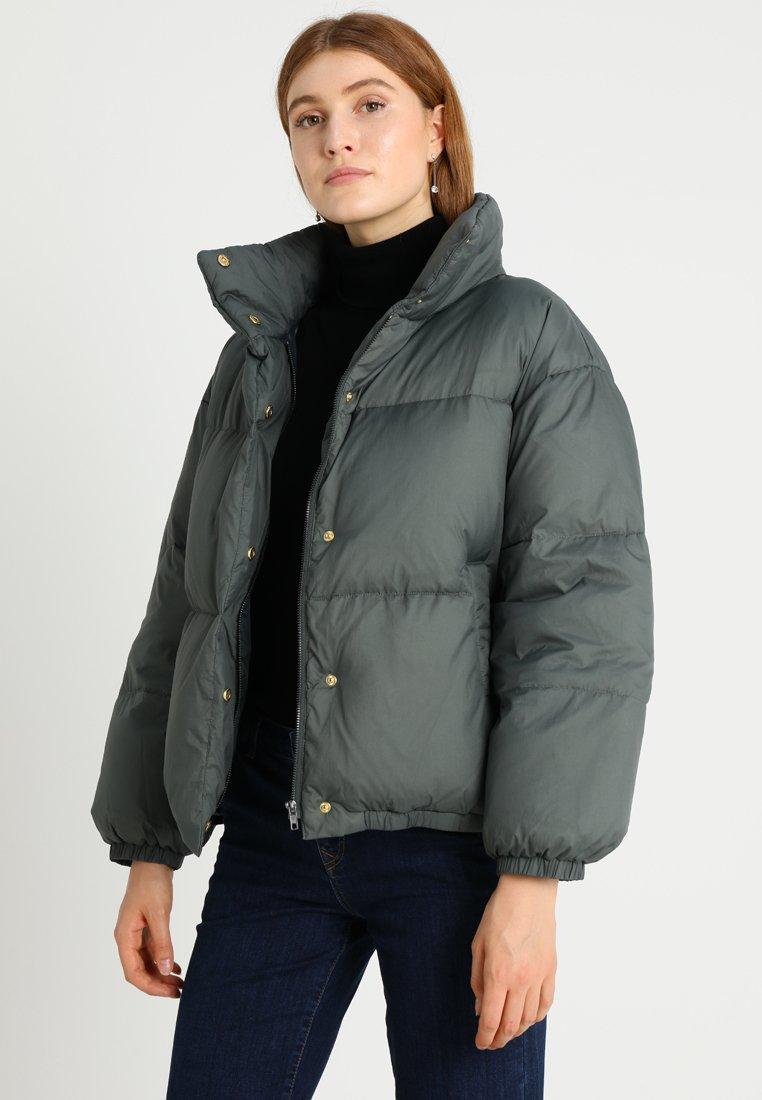 And Less - CARMELITA - Bunda zprachového peří - grey