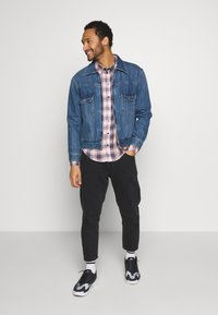 Another Influence - LONGSLEEVED CHECK SHIRT - Skjorta - blue/pink - 1