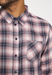 Another Influence - LONGSLEEVED CHECK SHIRT - Skjorta - blue/pink - 5