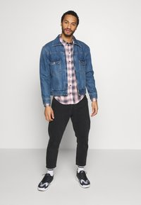 Another Influence - LONGSLEEVED CHECK SHIRT - Skjorta - blue/pink - 3