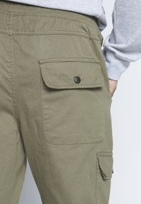 Another Influence - UTILITY CARGO PANTS - Cargobroek - khaki - 4