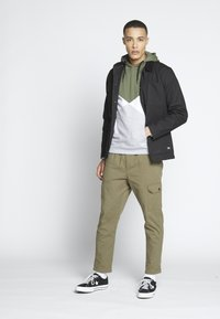 Another Influence - UTILITY CARGO PANTS - Cargobroek - khaki - 1