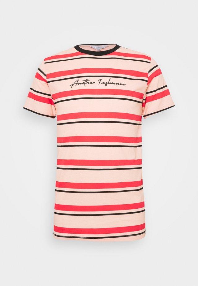 SIGNATURE STRIPE - T-shirt z nadrukiem - pink/red/black