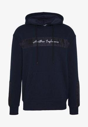 SIGNATURE HOODIE - Bluza z kapturem - navy