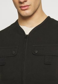 Another Influence - UTILITY GILET - Smanicato - black - 4