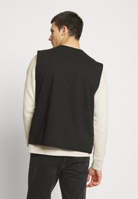 Another Influence - UTILITY GILET - Smanicato - black - 2