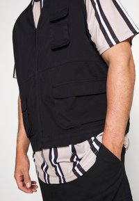 Another Influence - ANOTHER INFLUENCE PLUS UTILITY VEST  - Liivi - black - 5