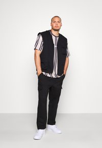 Another Influence - ANOTHER INFLUENCE PLUS UTILITY VEST  - Liivi - black - 1