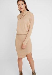 AllSaints - SOFI DRESS - Sukienka dzianinowa - toffee brown - 0