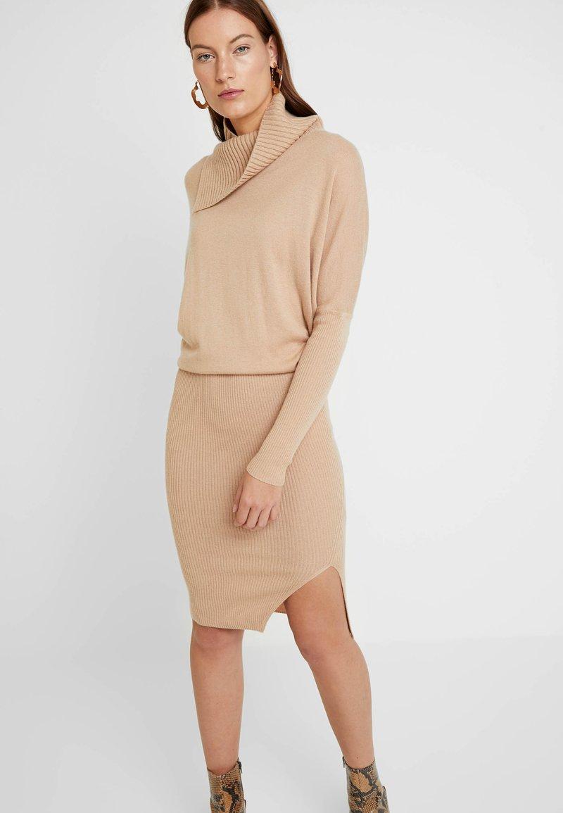 AllSaints - SOFI DRESS - Sukienka dzianinowa - toffee brown