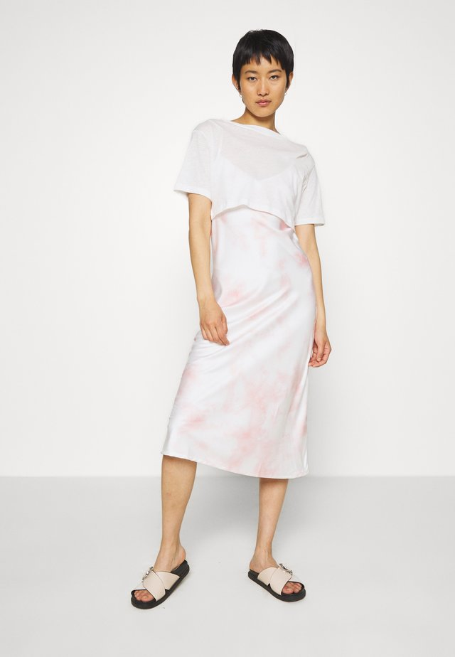 BENNO DYE TEE DRESS 2-IN-1 - Korte jurk - chalk white/pink