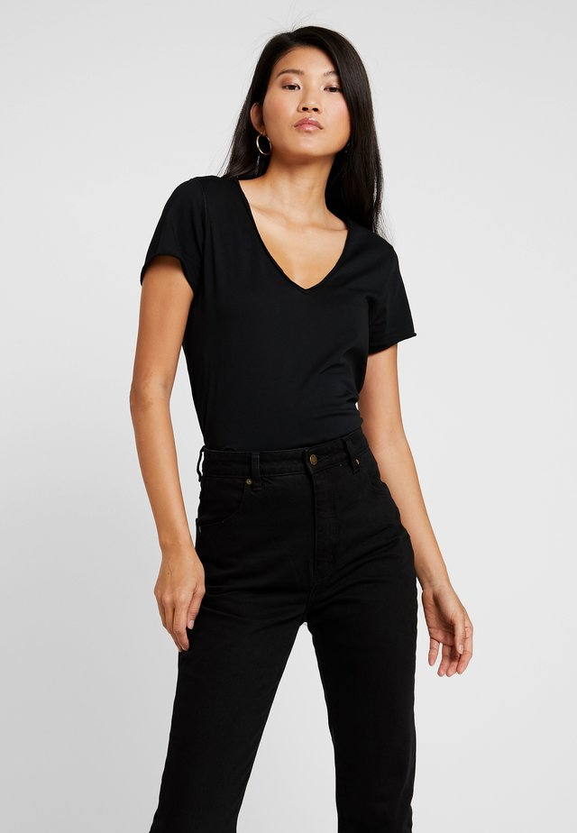 EMELYN TONIC TEE - Basic T-shirt - jet black