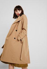 AllSaints - AVITA - Trenchcoat - tawny brown - 3