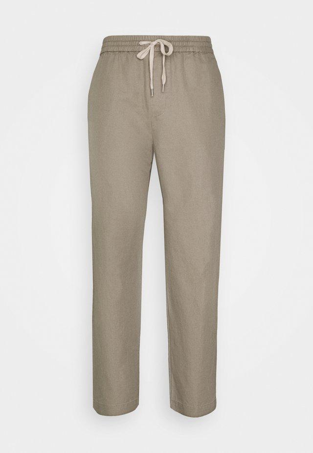 LUCKETT TROUSER - Bukser - sage grey