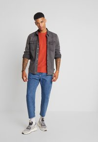 AllSaints - BRACE CREW - T-shirt basic - brick red - 1