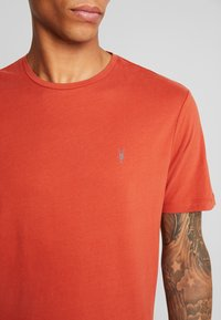 AllSaints - BRACE CREW - T-shirt basic - brick red - 4