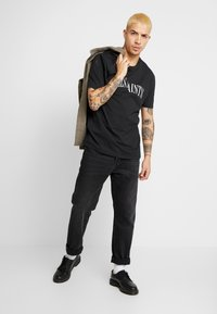 AllSaints - DROPOUT CREW - T-shirt z nadrukiem - jet black - 1