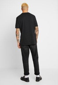 AllSaints - DROPOUT CREW - T-shirt z nadrukiem - jet black - 2