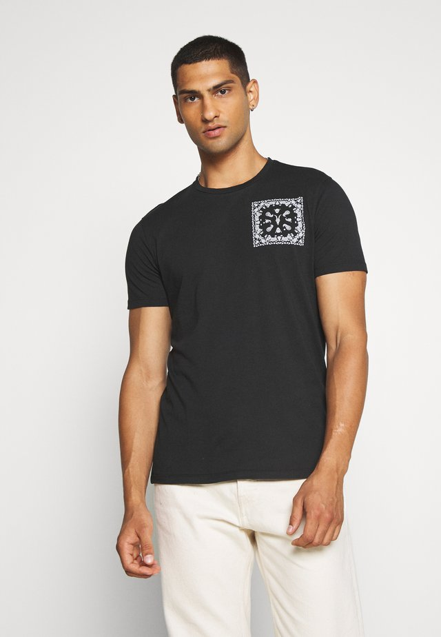 BADMANNA CREW - T-shirts med print - jet black/optic white