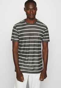 AllSaints - VEHICLE CREW - T-shirt imprimé - washed black/chalk white - 3