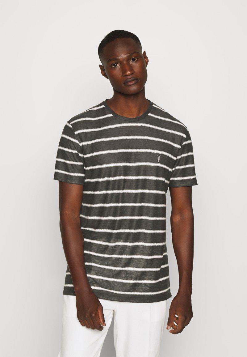 AllSaints - VEHICLE CREW - T-shirt imprimé - washed black/chalk white