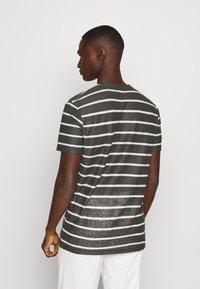 AllSaints - VEHICLE CREW - T-shirt imprimé - washed black/chalk white - 2