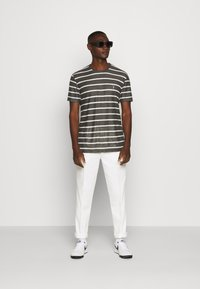 AllSaints - VEHICLE CREW - T-shirt imprimé - washed black/chalk white - 1