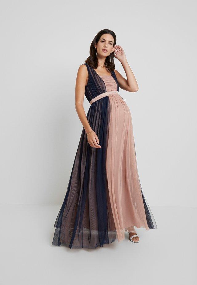 CONRAST GATHERED MAXI DRESS WITH WAISTBAND - Galajurk - navy/pearl blush