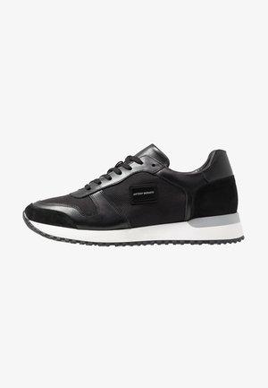 RUN METAL - Sneakersy niskie - nero