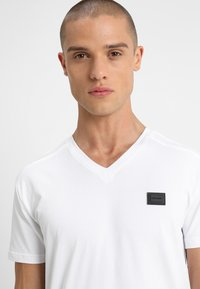 Antony Morato - SPORT V-NECK WITH METAL PLAQUETTE - Basic T-shirt - bianco - 4