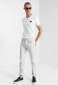 Antony Morato - SPORT V-NECK WITH METAL PLAQUETTE - Basic T-shirt - bianco - 1