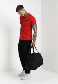 Antony Morato - SPORT V-NECK WITH METAL PLAQUETTE - T-shirt basic - rosso - 1
