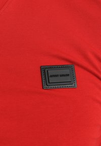 Antony Morato - SPORT V-NECK WITH METAL PLAQUETTE - T-shirt basic - rosso - 5
