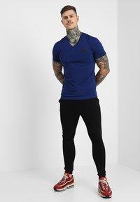 Antony Morato - SPORT V-NECK WITH METAL PLAQUETTE - T-shirt basic - bluette - 1