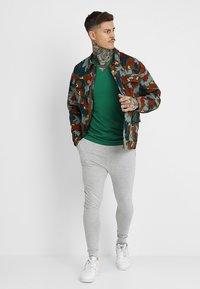 Antony Morato - SPORT V-NECK WITH METAL PLAQUETTE - T-shirt basic - verde - 1