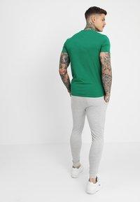 Antony Morato - SPORT V-NECK WITH METAL PLAQUETTE - T-shirt basic - verde - 2