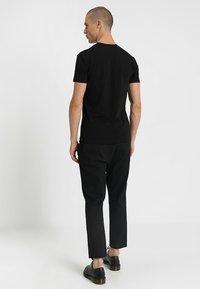 Antony Morato - SPORT V-NECK WITH METAL PLAQUETTE - T-shirt basic - nero - 2