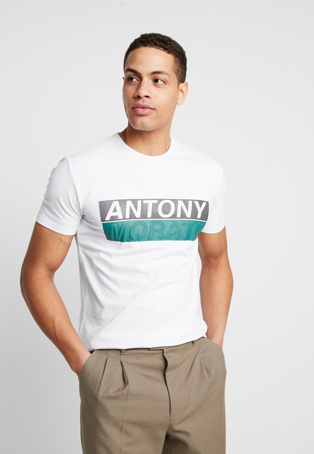 ROUND COLLAR WITH FRONT - T-shirt con stampa - white