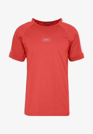 WITH FRONT PATCH AND CONTRAST COLOUR ON SHOULDER - T-shirt con stampa - red