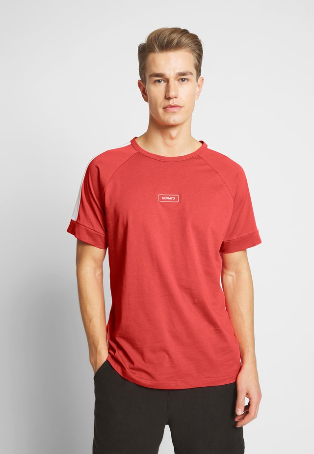 WITH FRONT PATCH AND CONTRAST COLOUR ON SHOULDER - T-shirt med print - red