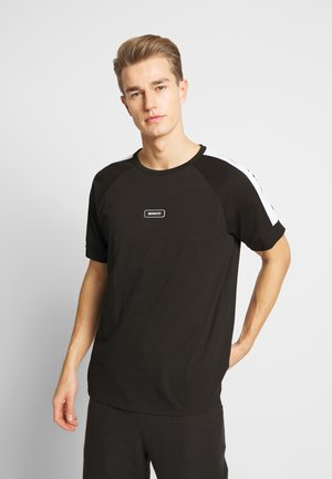 WITH FRONT PATCH AND CONTRAST COLOUR ON SHOULDER - Printtipaita - black