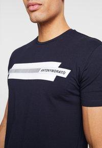 Antony Morato - ROUND COLLAR  - Printtipaita - ink blue - 5