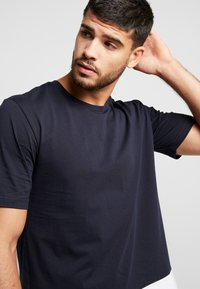 Antony Morato - ROUND NECK COLLAR WITH CONTRAST COLOUR ON BOTTOM BODY - T-shirt med print - ink blue - 3