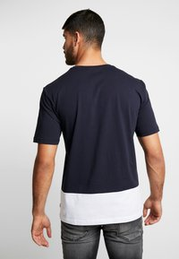 Antony Morato - ROUND NECK COLLAR WITH CONTRAST COLOUR ON BOTTOM BODY - T-shirt med print - ink blue - 2