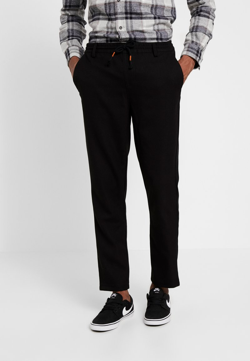 Anerkjendt - BOBBY PANTS - Spodnie materiałowe - caviar