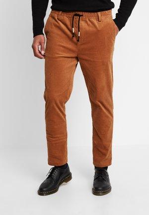 BOBBY  - Trousers - dijon